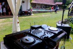 DJ u bazénu