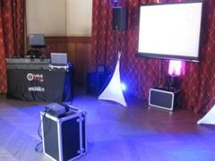 DJ v pavilonu - na straně s projekcí