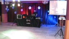 DJ v zadní časti s projekcí