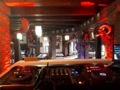 pohled od DJe do sálu