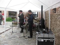 ozvučení kapely ve dvoře