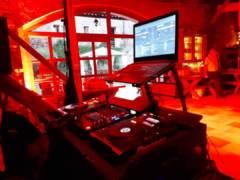 DJ v dolní stodole