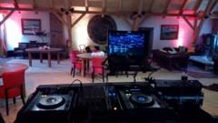 pohled od DJe na parket