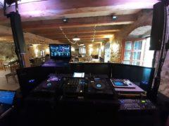 pohled do sálu od DJe