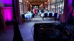 průhled od DJ v pavilonu - v čele